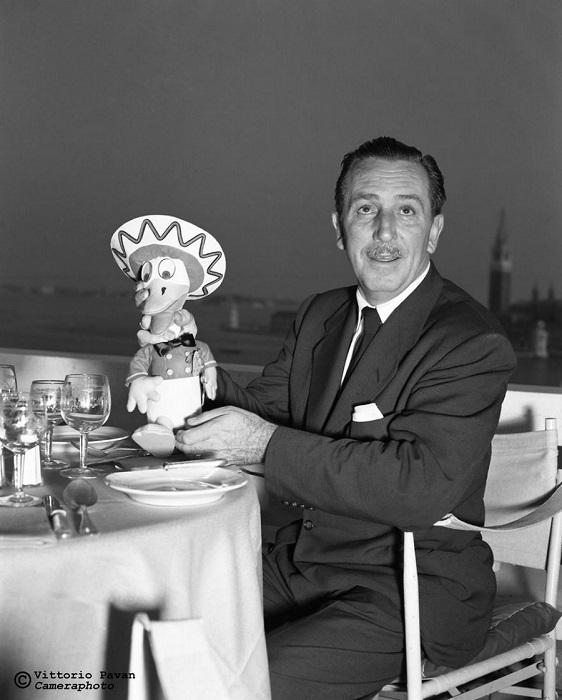 Американский художник-мультипликатор Уолт Дисней, основавший одноименную кинокомпанию, за ужином в ресторане.