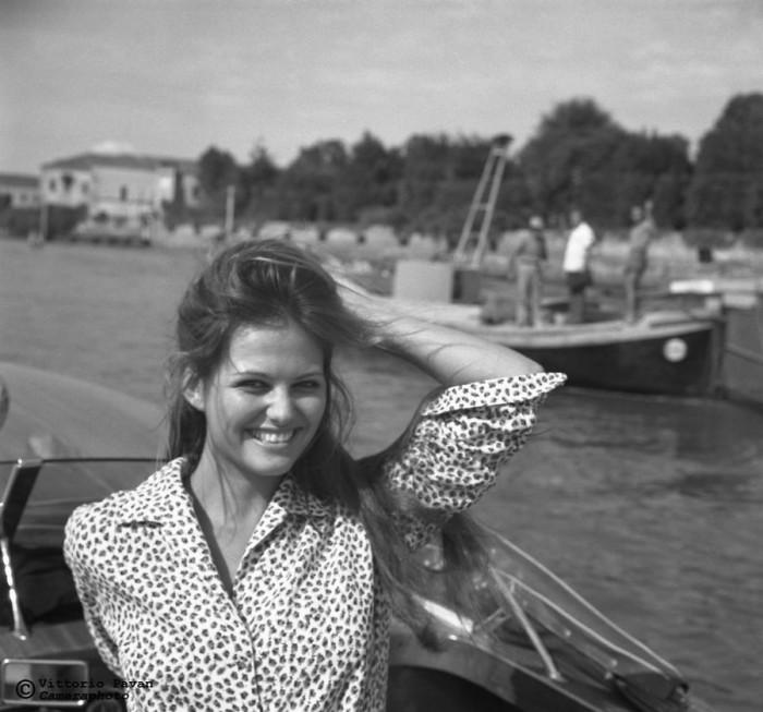 Итальянская актриса Клаудия Кардинале, которая благодаря своей внешности  и характеру идеально подходила для съемок в вестернах, позирует на катере.