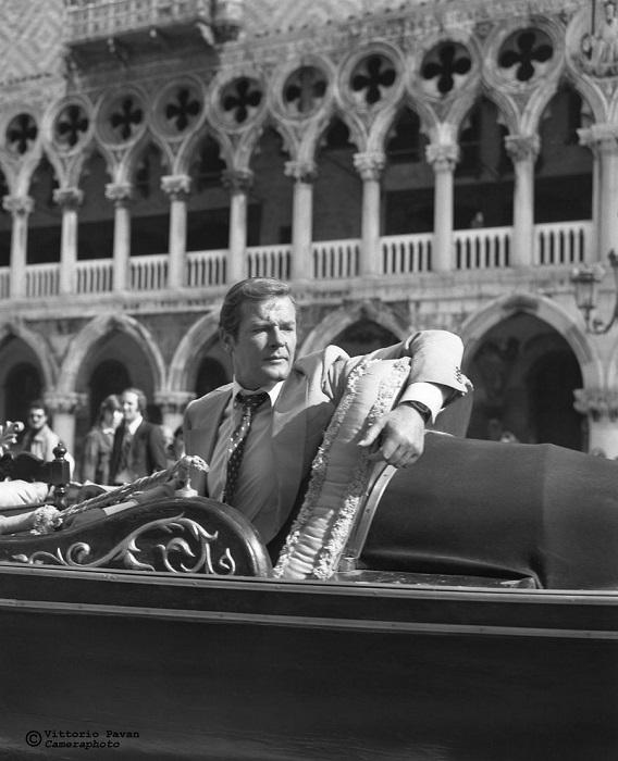 Британский киноактер и сценарист Роджер Мур прославился благодаря блестящему исполнению роли агента Джеймса Бонда.