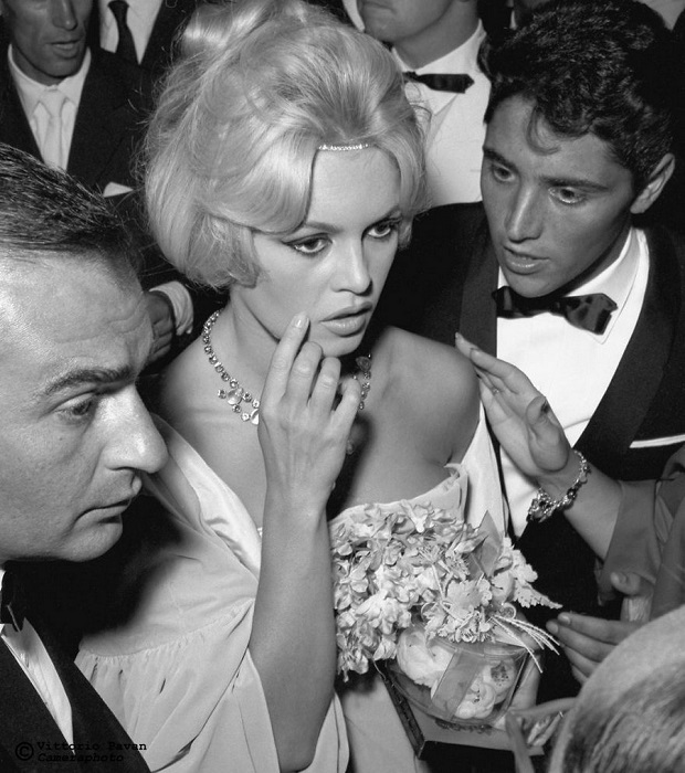 Легендарная французская актриса и фотомодель Брижит Бардо в окружении именитых коллег во время посещения Венецианского кинофестиваля.