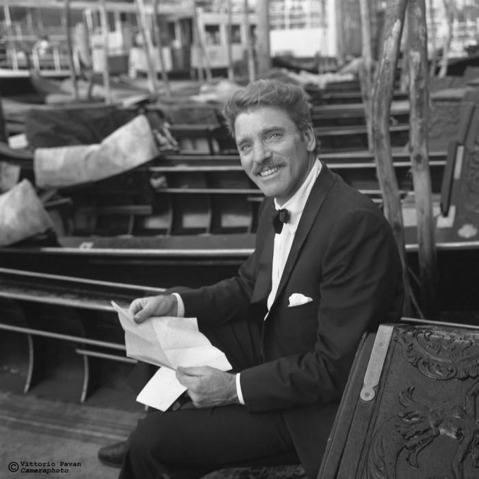 Американский актер Берт Ланкастер, который всегда шел в ногу с изменяющимся кинематографом, отдыхает на причале среди гондол.