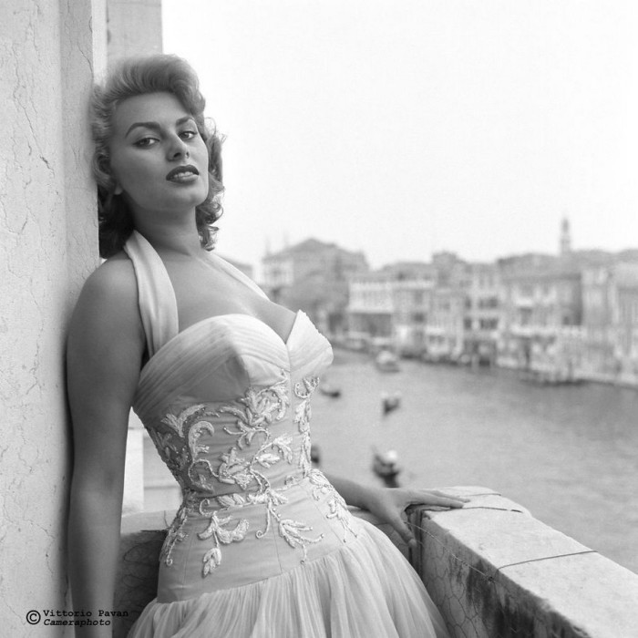 Легендарная итальянская актриса Софи Лорен, которая решила поэкспериментировать с цветом волос, позирует для фотосессии на балконе дворца Grand Canal Palazzo.