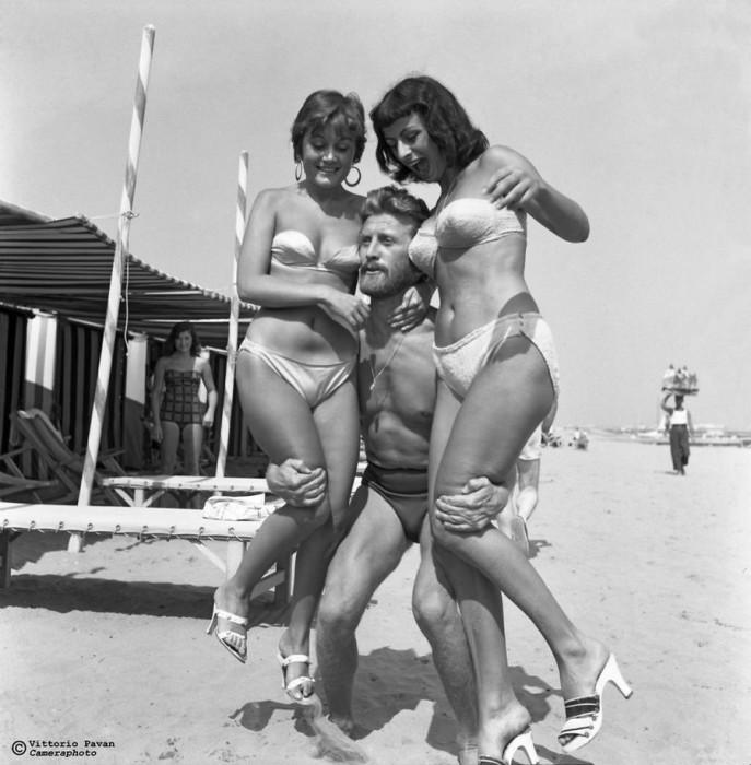 В молодости американский актер Кирк Дуглас, который сегодня является последним из представителей «золотого века» Голливуда, был атлетическим красавцем-серцеедом.