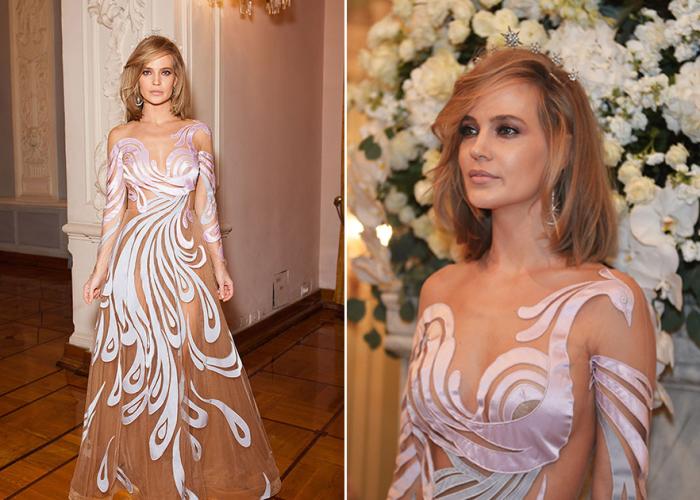 Откровенное полупрозрачное платье из легкого материала с волшебной птицей из белой плотной ткани.