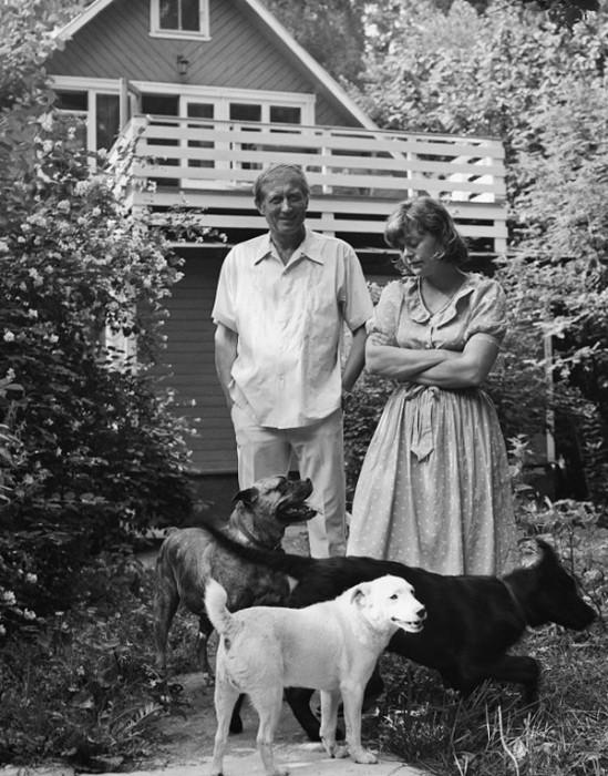 Легендарный писатель с Джен Батлер на даче в Переделкино. 1983 год.
