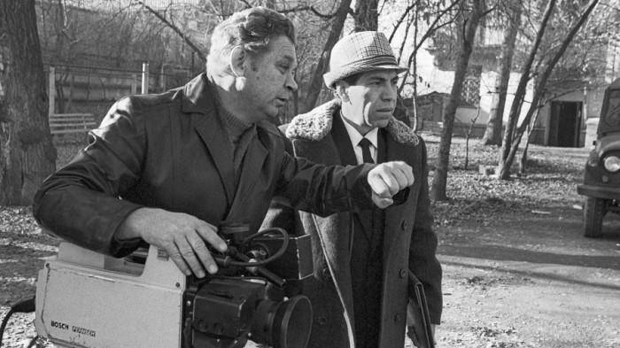 С оператором Казахского телевидения Валерием Захаровым на съемках фильма «Монумент» в Алма-Ате. 1988 год.