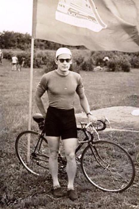 Вот таким красавцем-велосипедистом был известный целитель в молодости.