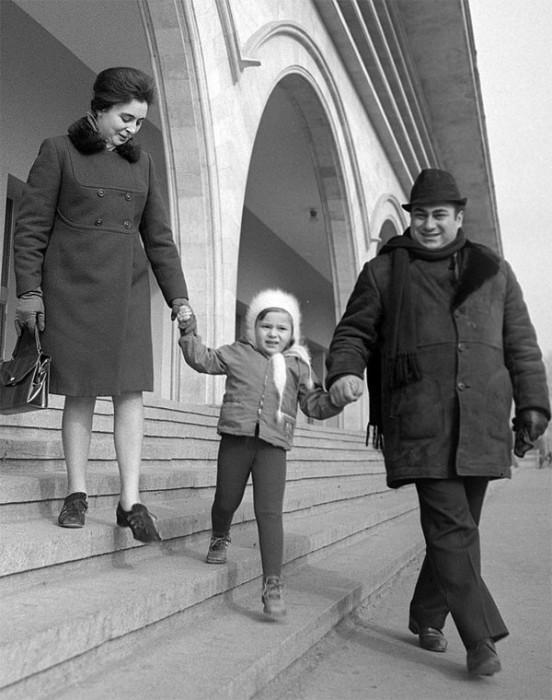 Оперный певец с женой Элисо и дочерью Текой. 24 января 1971 года.