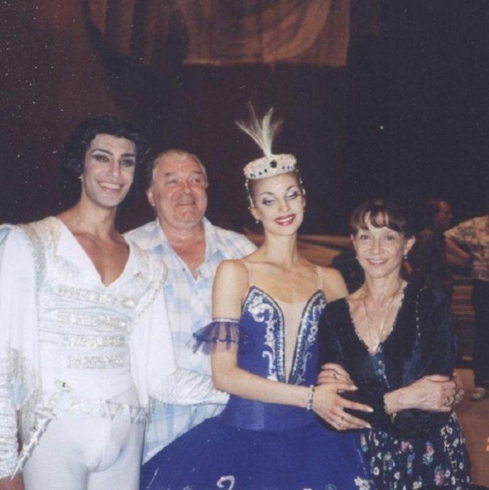 Танцоры балета с педагогами-репетиторами Екатериной Максимовой и Николаем Фадеечевым в Большом театре.