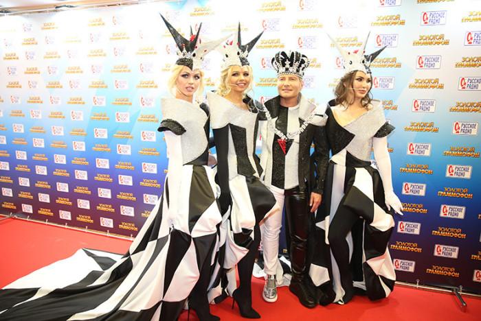 Певец и очаровательные девушки выбрали довольно экстравагантные костюмы, в которых предстали на вручении премии «Золотой граммофон-2017».