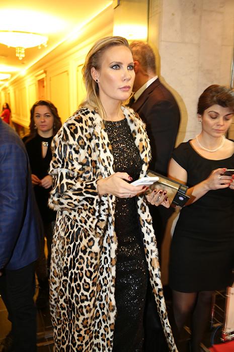 Шикарное черное платье, декорированное пайетками, Елена неудачно дополнила чем-то леопардовым, чем совершенно  испортила образ.