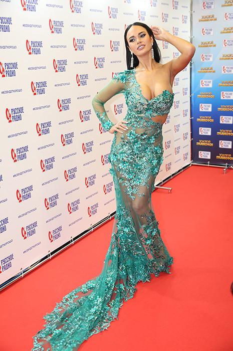 Актриса и ведущая «Первого канала» для красной дорожки выбрала откровенное полупрозрачное платье бирюзового цвета.