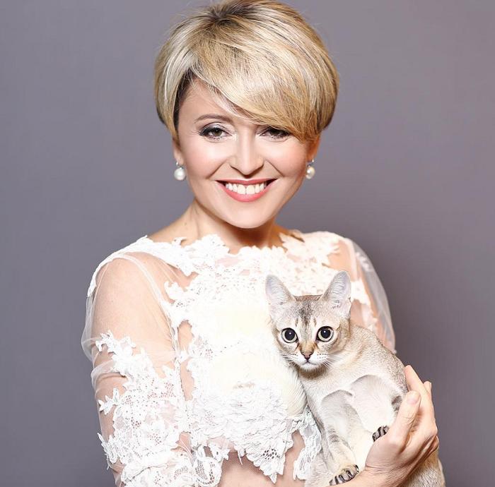 Большеглазая сингапурская кошка по кличке Нюха очень похожа на свою звездную хозяйку.