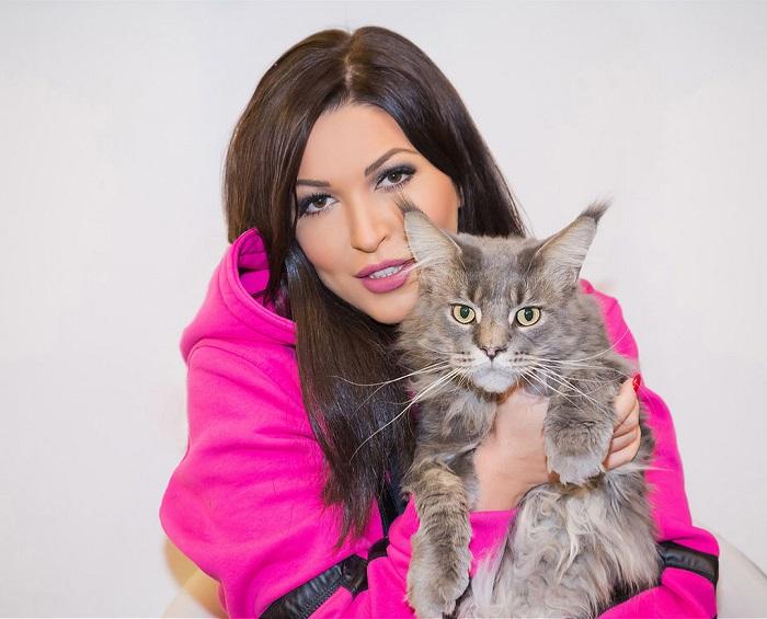 Певица и композитор с одним из своих котов по кличке Сойер породы мейн-кун.