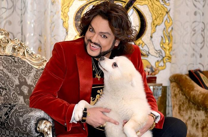 Российский поп-король и его домашний питомец – белоснежный шпиц по кличке Хари.