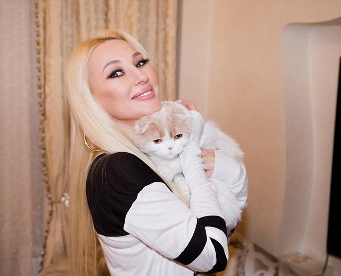 Российская телеведущая со своим пушистым питомцем – котом по кличке Фофа шотландской вислоухой породы.