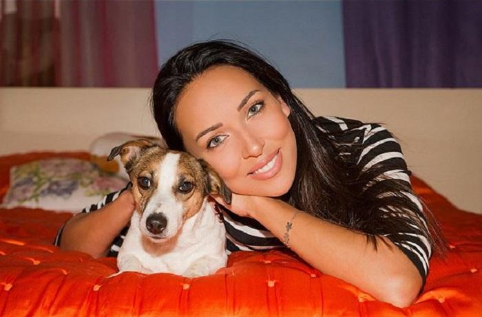 Свою собачку породы джек-рассел-терьер по кличке Бонни певица в шутку называет Бонитой Пылесосовной.