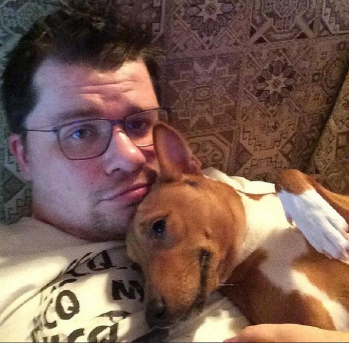 Один из домашних питомцев комедийного актера – пес по кличке Брюс породы басенджи.