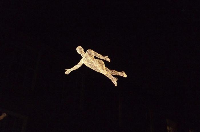 Светящиеся человеческие фигуры в воздухе.
