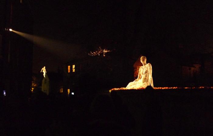Светящиеся скульптуры, созданные из тонкой проволочной сетки.
