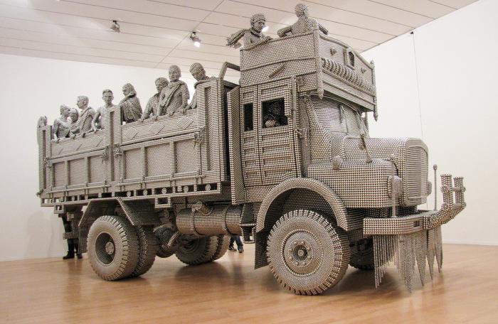 Реалистичная скульптура грузовика из сотен тысяч металлических шариков.