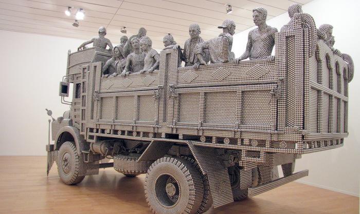 Уникальная скульптура из нержавеющих шариков.