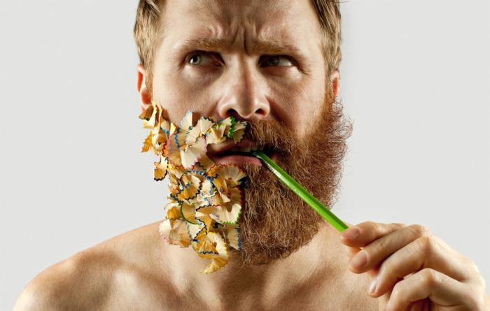 Бороду можно украсить цветной карандашной стружкой.