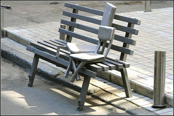 *Наив*. Памятник отдыхающим стульям
