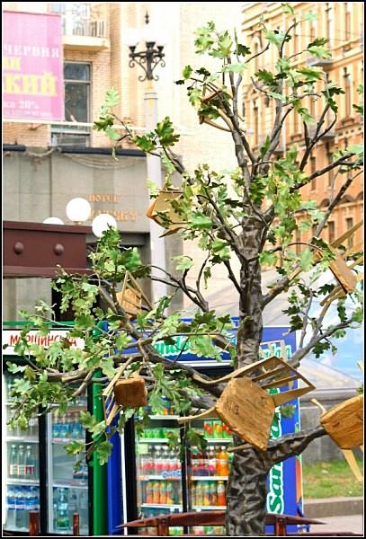 Памятник дереву, плодоносящему стульями