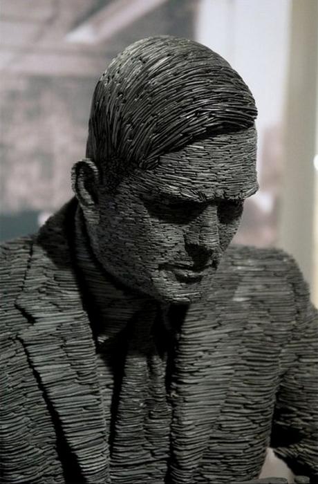 Скульптура великого математика из угольного сланца. Алан Тьюринг в исполнении Стивена Кеттла