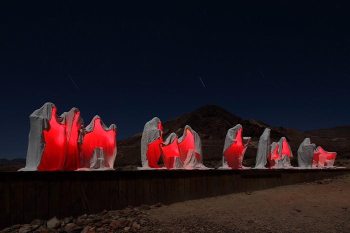Таинственная скульптурная группа *Тайная вечеря* в темное время суток