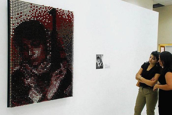 Инсталляция The icon. Портрет Лейлы Халед из 14 цветов губной помады