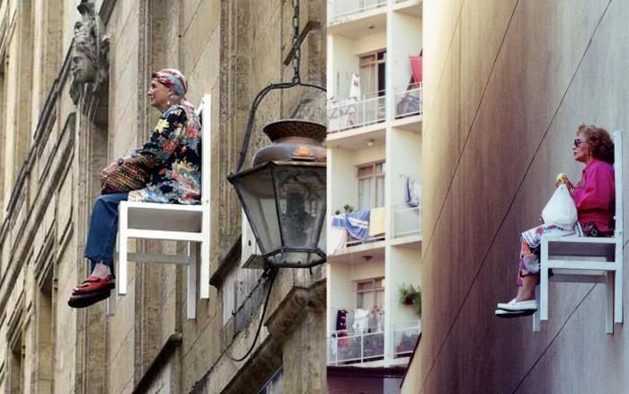 Старички, сидящие на стульях высоко над землей. Арт-проект Энджи Хисл