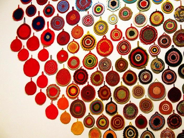 Яркие вязаные прихватки в инсталляции Anu Tuominen