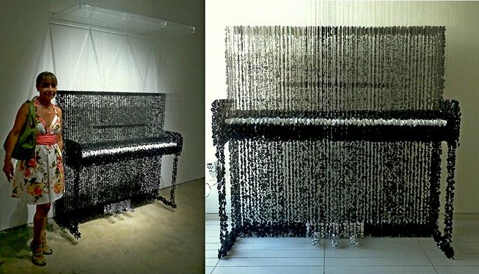 Пианино из пуговиц на выставке Art Miami