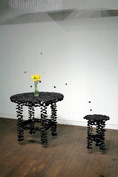 Инсталляция Relationship из кусочков угля