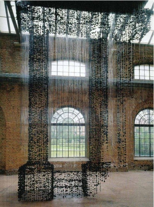 Левитирующая инсталляция Existence-Colums