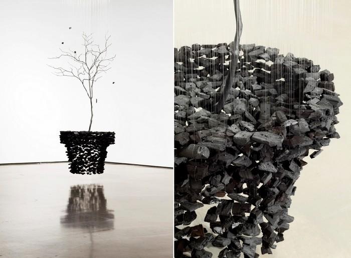Левитирующие инсталляции из кусочков угля