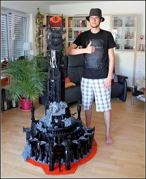Кевин Уолтерс рядом со своим творением Barad-dur