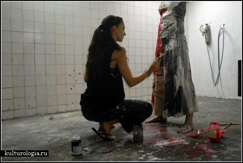 Роспись по платьям. *Красочные* инсталляции французской художницы Biondi V