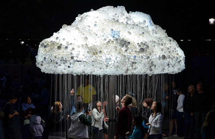 Облако из лампочек от Caitlind Brown. Интерактивная инсталляция Cloud на фестивале Nuit Blanche