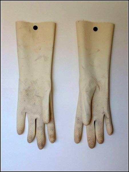 Гигантские пластиковые перчатки от Romulo Celdran