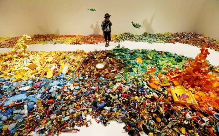Инсталляция Central Kaeru Station из 100 тысяч забытых и брошенных игрушек