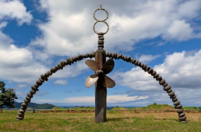 Каменный мемориал Rainbow Warrior Memorial. Огромные скульптуры Криса Бута
