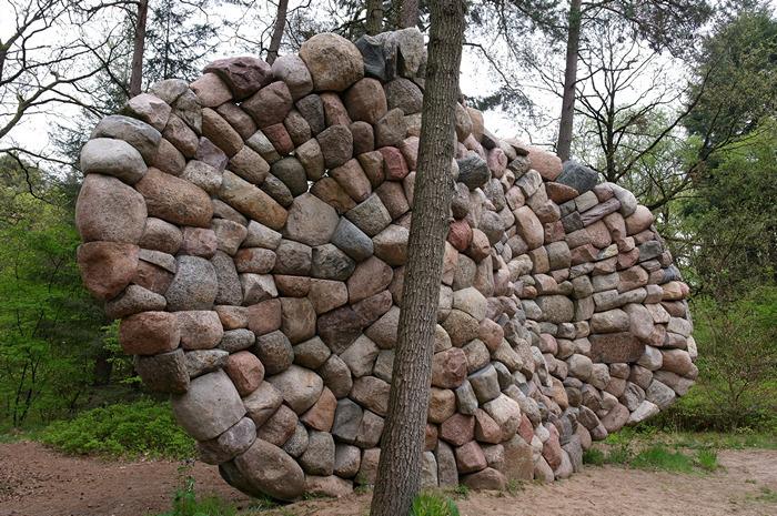 Огромные скульптуры Криса Бута, сложенные из валунов и гальки