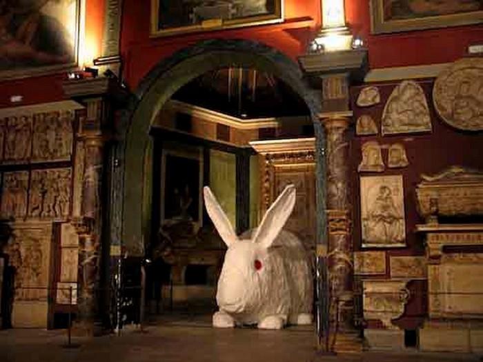 Great stuffed rabbit, пятиметровый белый кролик от Кристиана Гонзенбаха