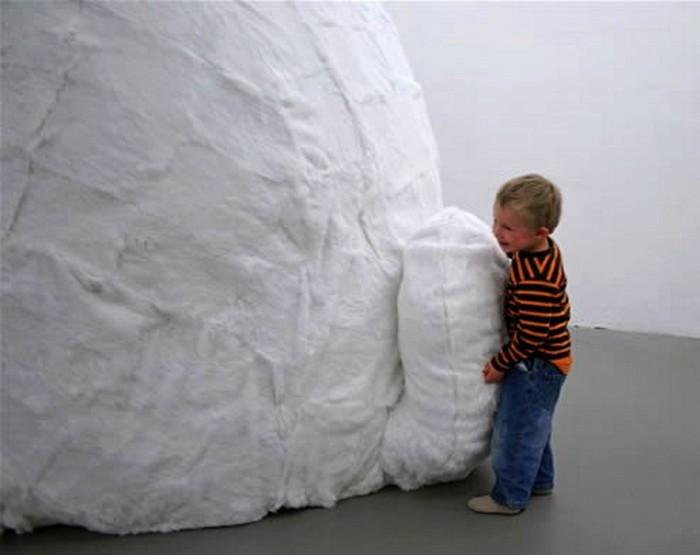 Детям очень нравится большой белый кролик
