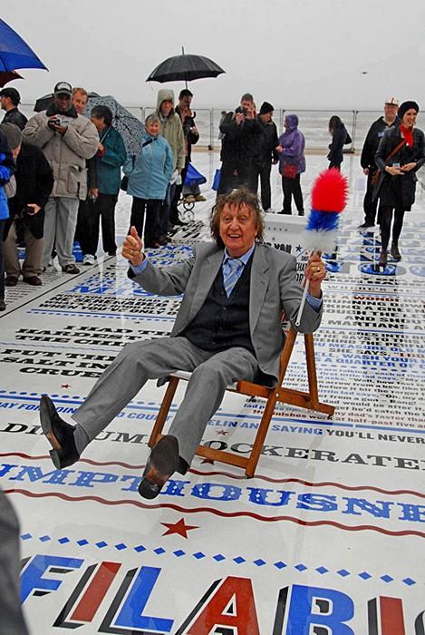 Инсталляция из 300 гранитных плит в виде огромной газеты
