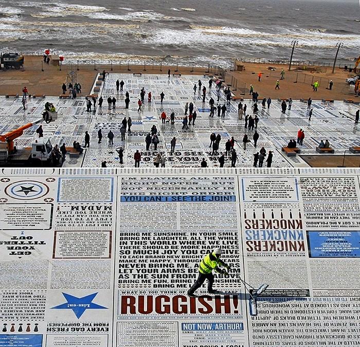 Арт-проект Comedy Carpet, гранитная газета с шутками в британском городе Блэкпул