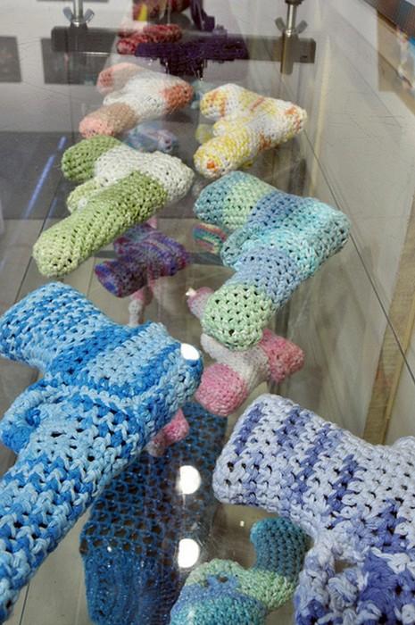 Магазин безопасного оружия. Crocheted Gun Store от Monte A. Smith